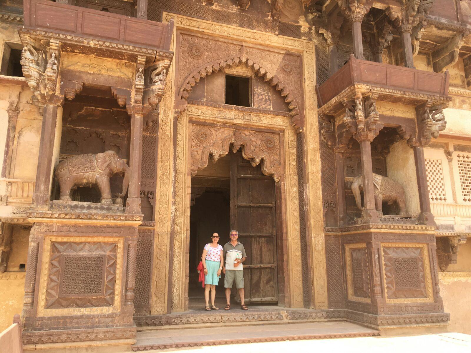 Isabel y Josep Anton en el templo de Raj Mahal en Orcha-India.