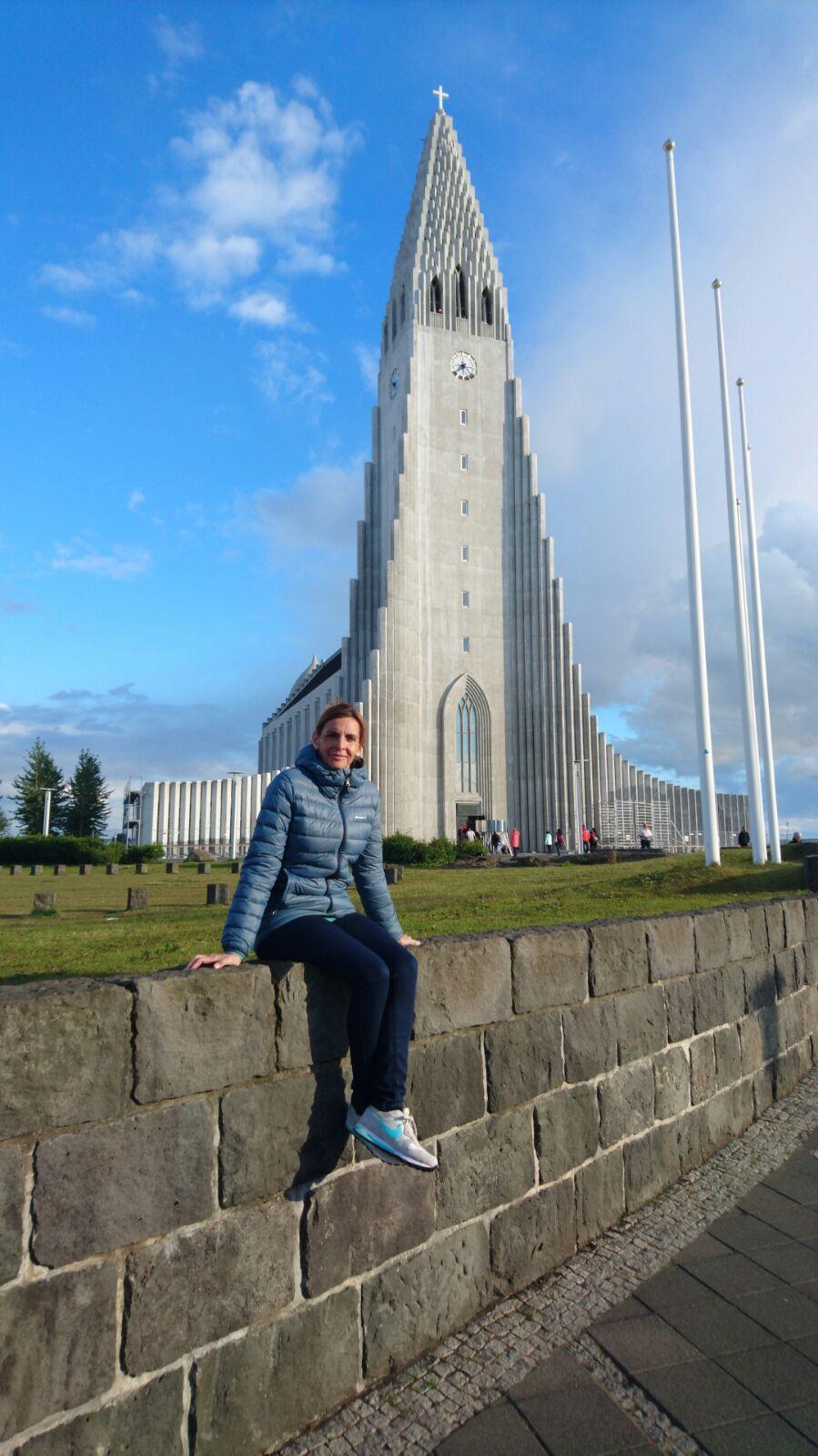 Gloria con la Iglesia de Hallgrimur al fondo en Islandia.