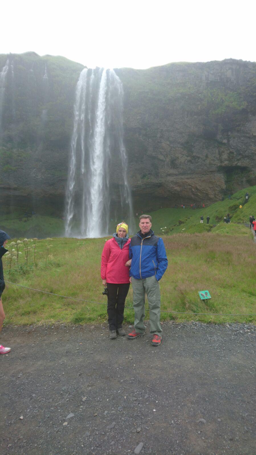 Domènec y Gloria ante la catarata Seljalandfoss, Islandia.