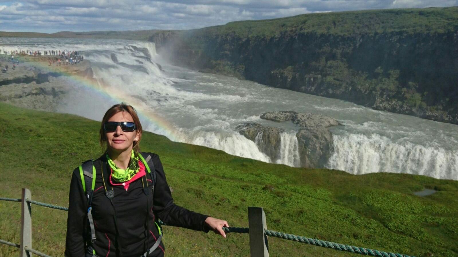 Gloria junto a la espectacular catarata Gullfos en Islandia.