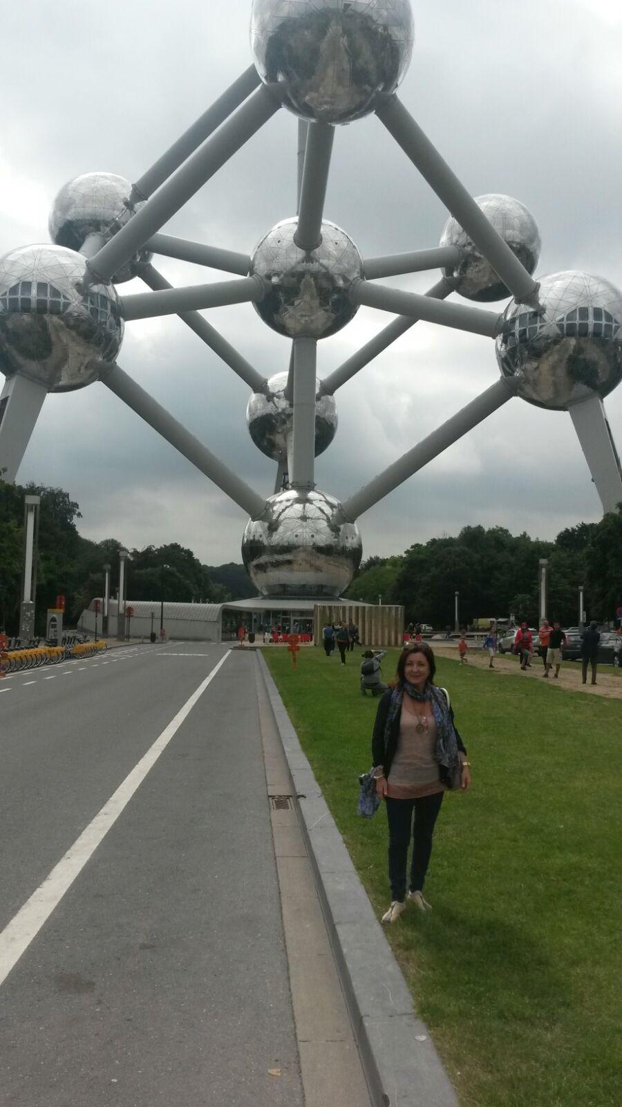 Montse en Bruselas con Atomium tras ella.