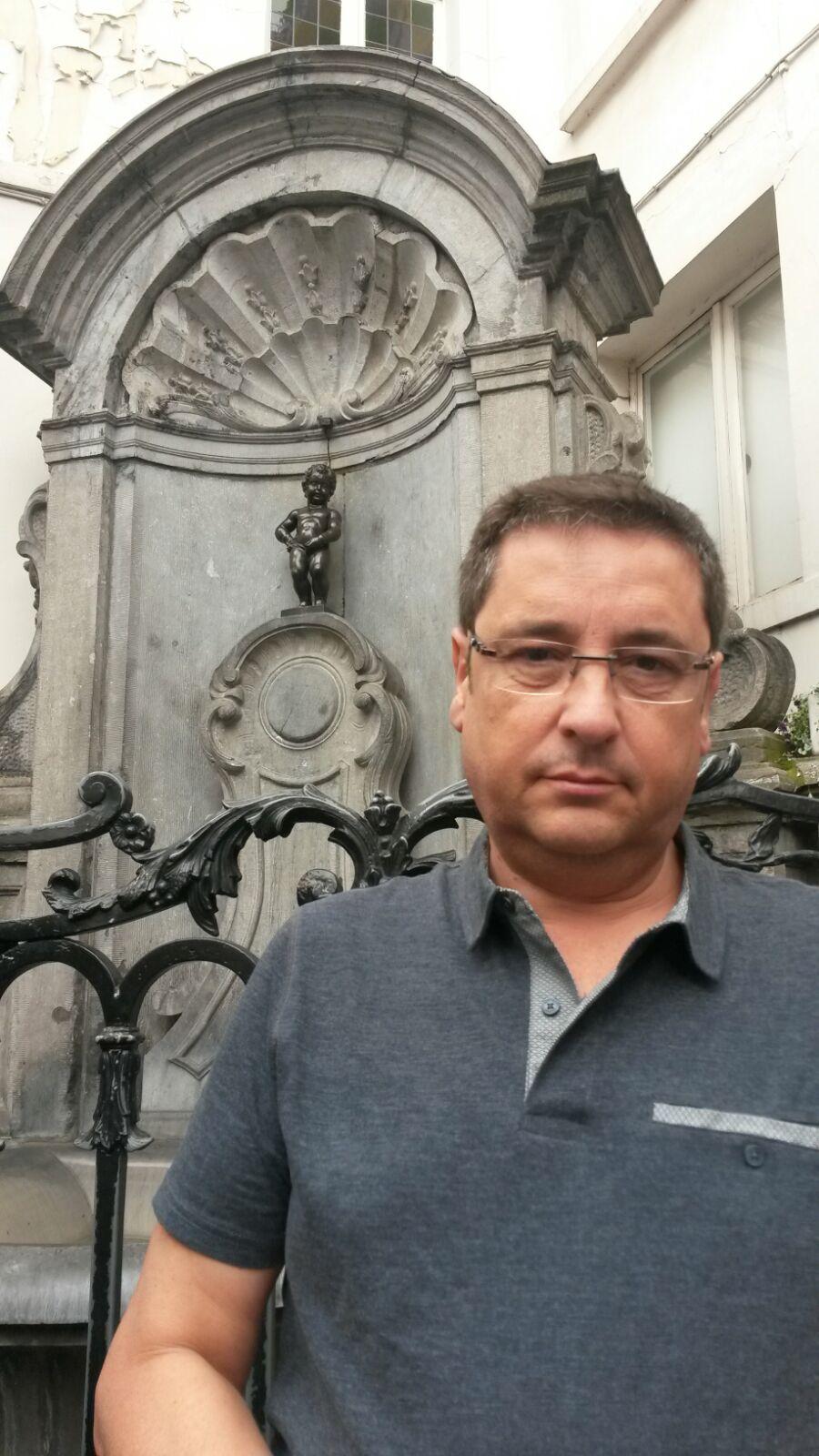 Alfonso junto a la escultura Manneken pis en Bruselas.