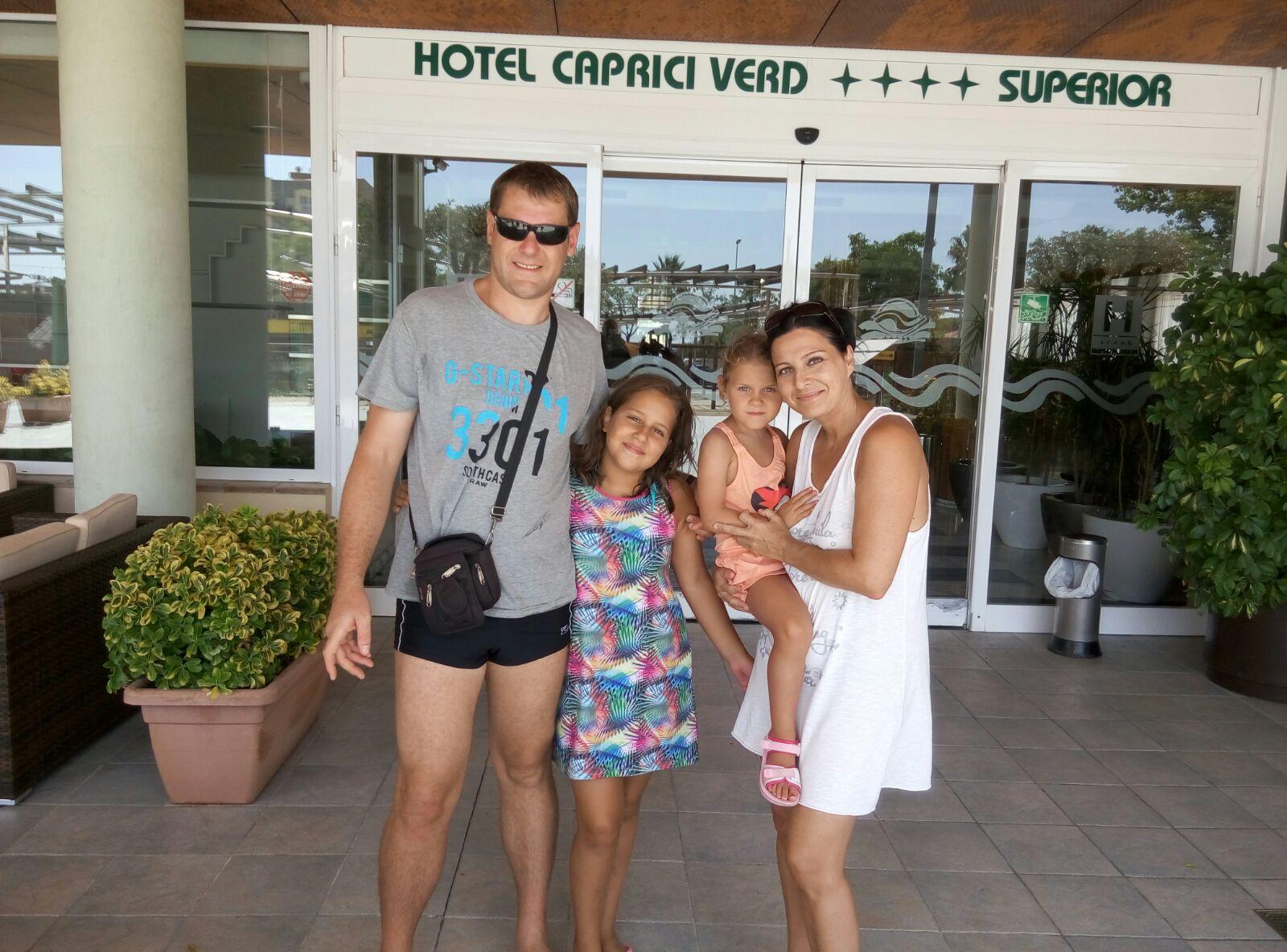 Esther, Joan, Carla y Ainhoa en la puerta de su hotel en Santa Susana.