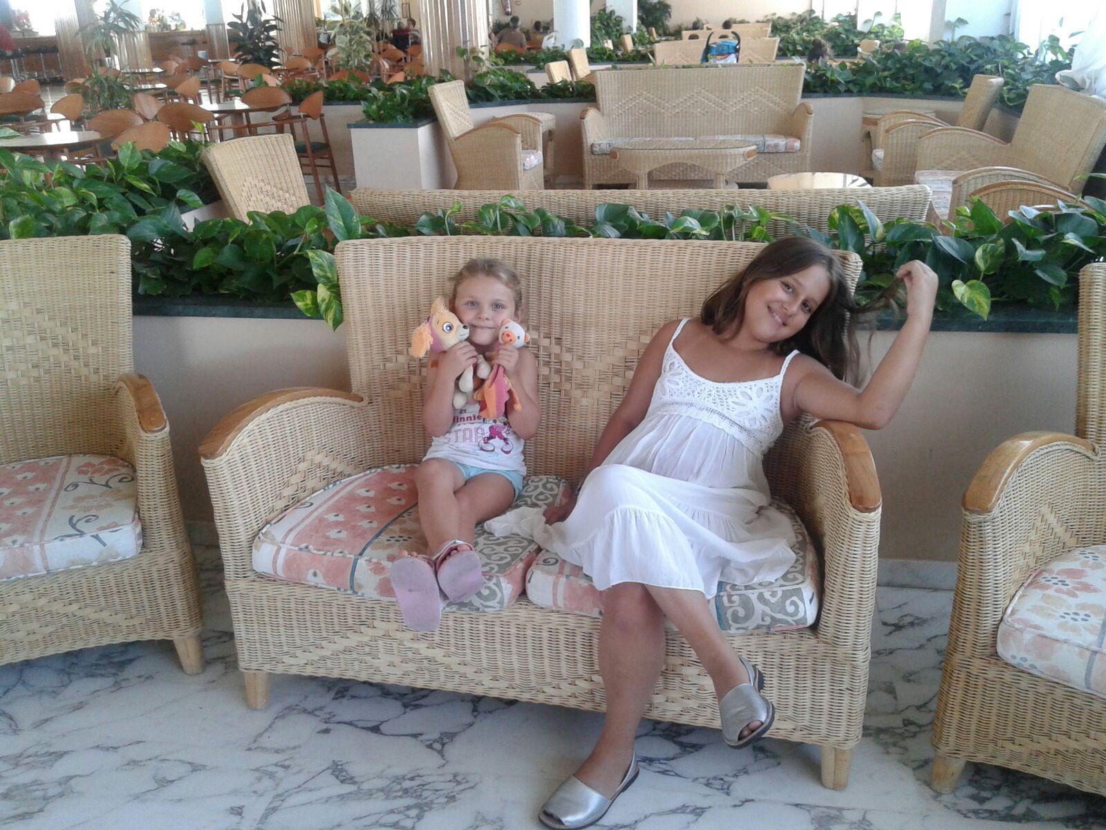 Ainhoa y Carla se relajan en el hotel.