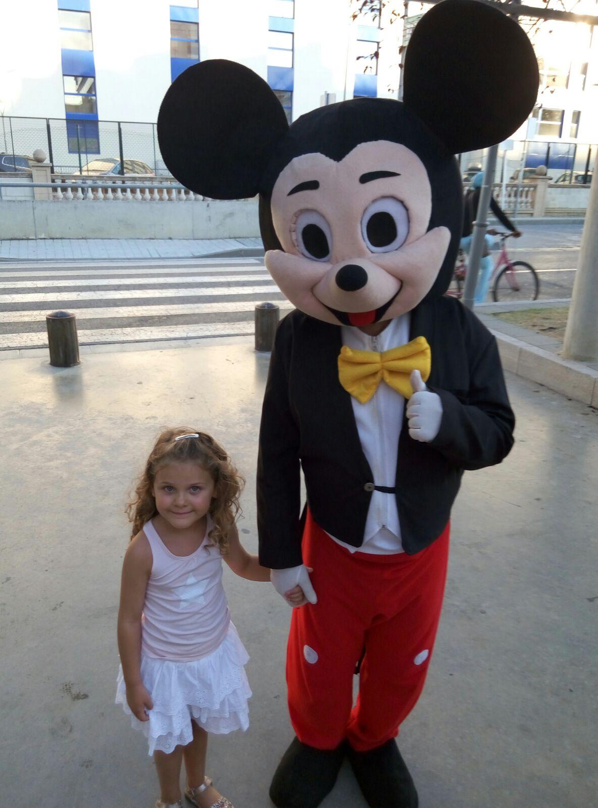 Ainhoa junto a Mickey