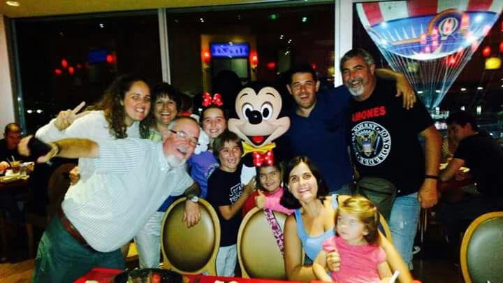Miguel con su familia en Disneyland París