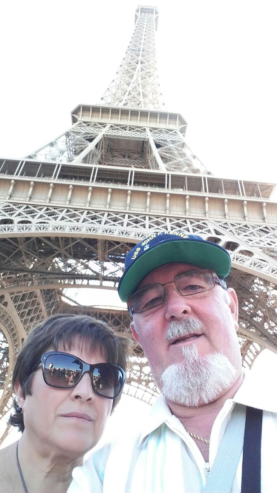 Miguel y Paqui bajo la torre Eiffel.