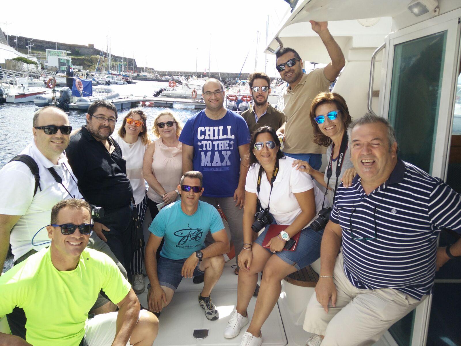 Pam y los compis de Dit, listos para avistar cetaceos con los amigos de Atlantiagra en la Isla de Terceira, Azores.