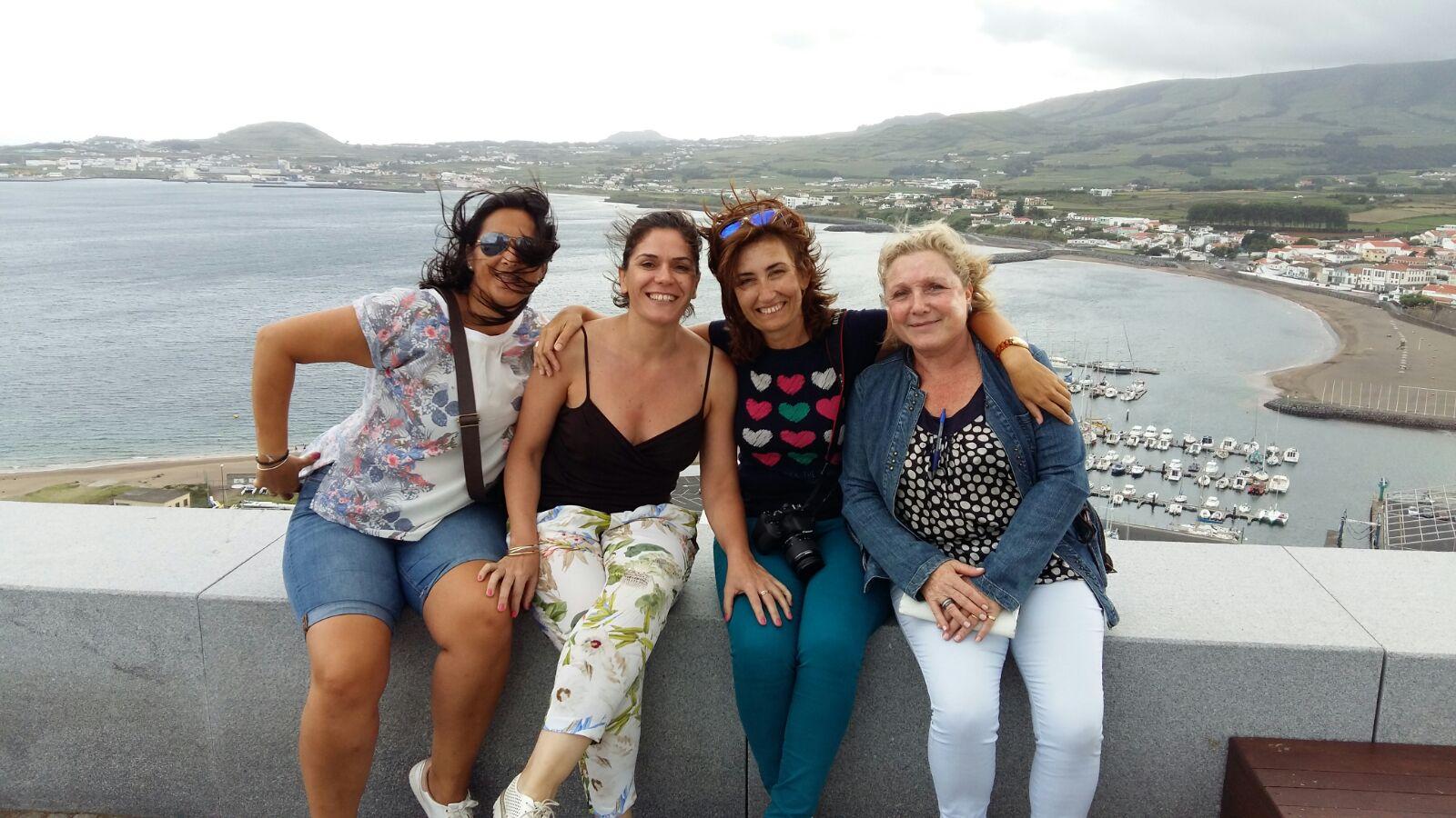 Las feminas del Fam de Dit a la isla de Terceira en Azores, con playa Da Vitoria al fondo.