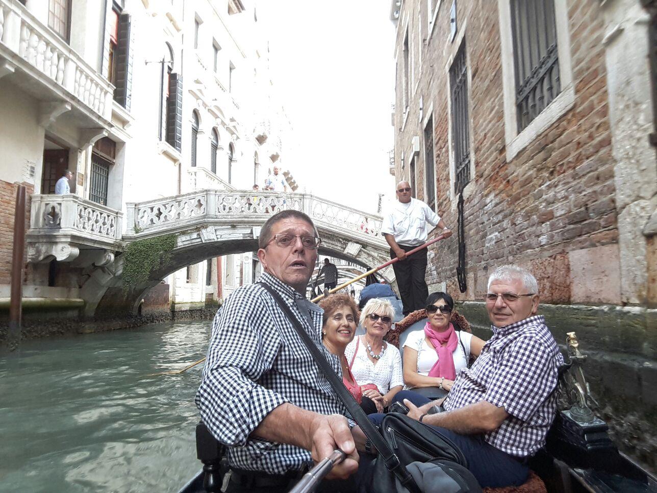 Jose, Antonio, Ino, Rosa y M. Jose paseando en Gondola por Venecia.