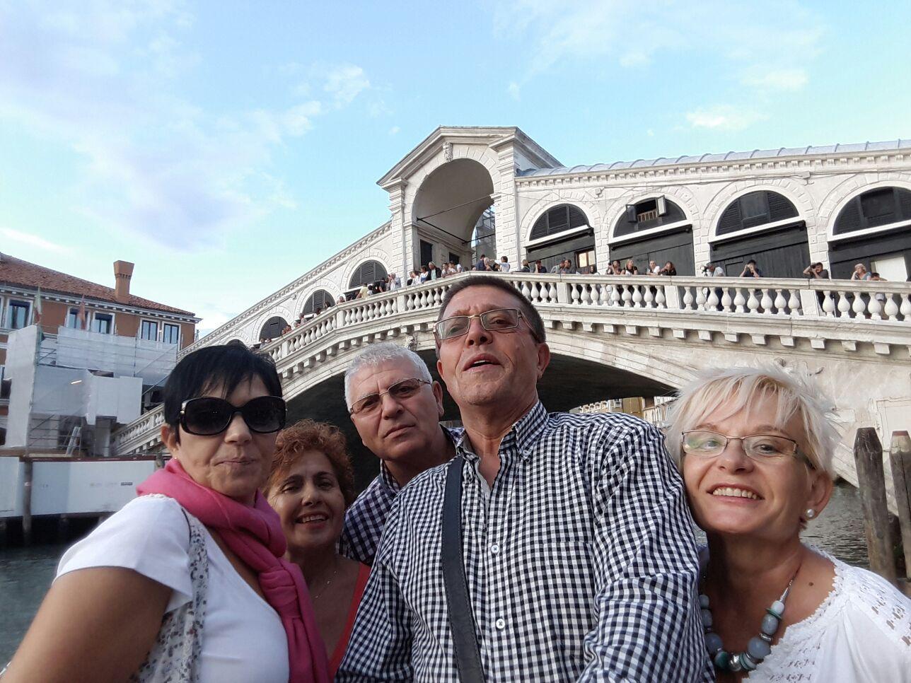 Ino, M Jose, Rosa, Jose y Antonio con el Puente de Rialto en Venecia.