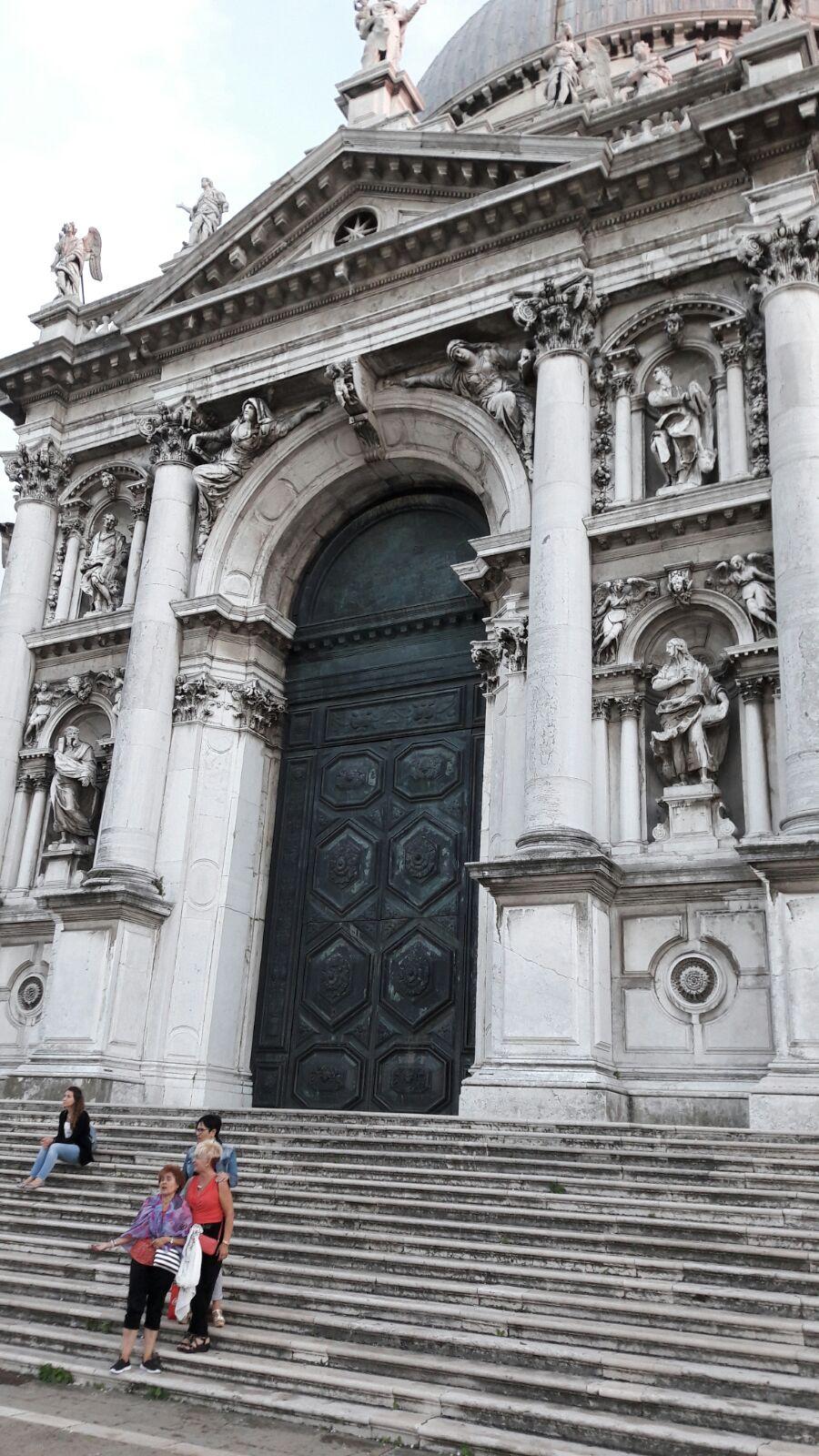 Ino, Rosa y M. Jose en la escalinata de Santa Maria de la Salute en Venecia.