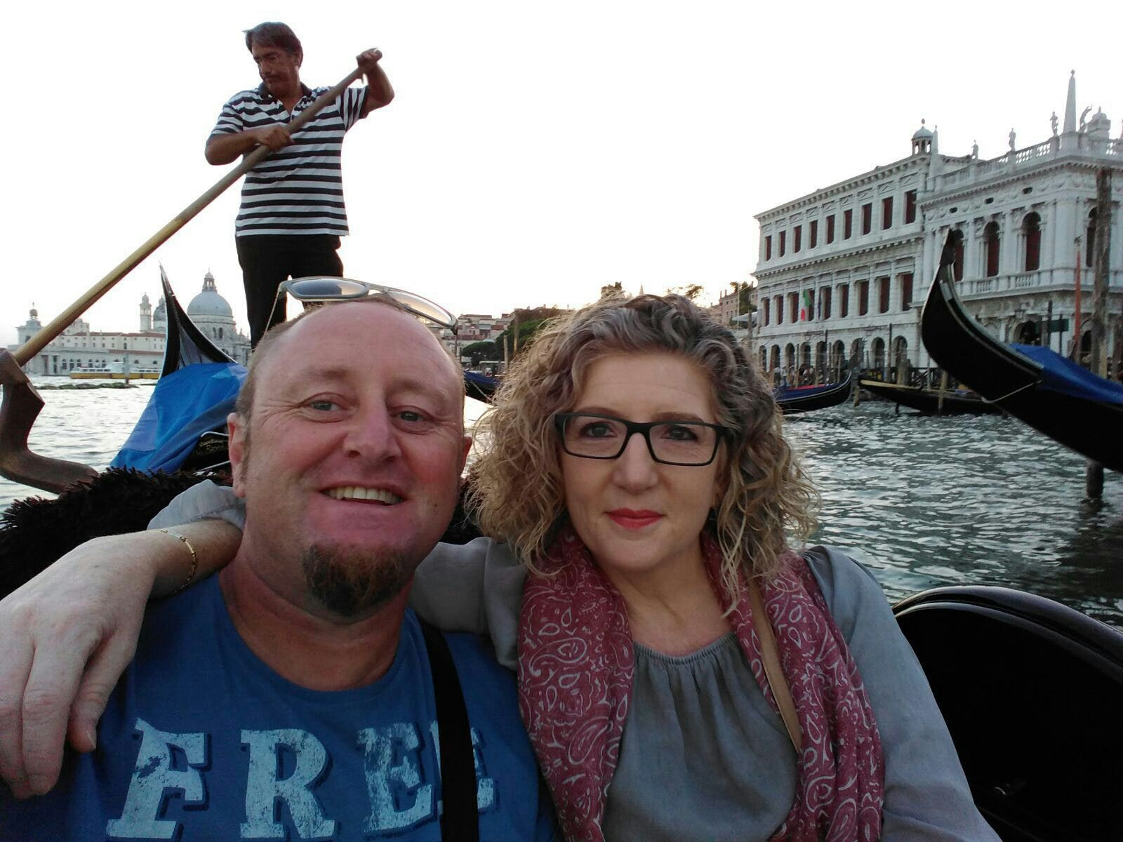 Carmen y Federic paseando en gondola por Venecia