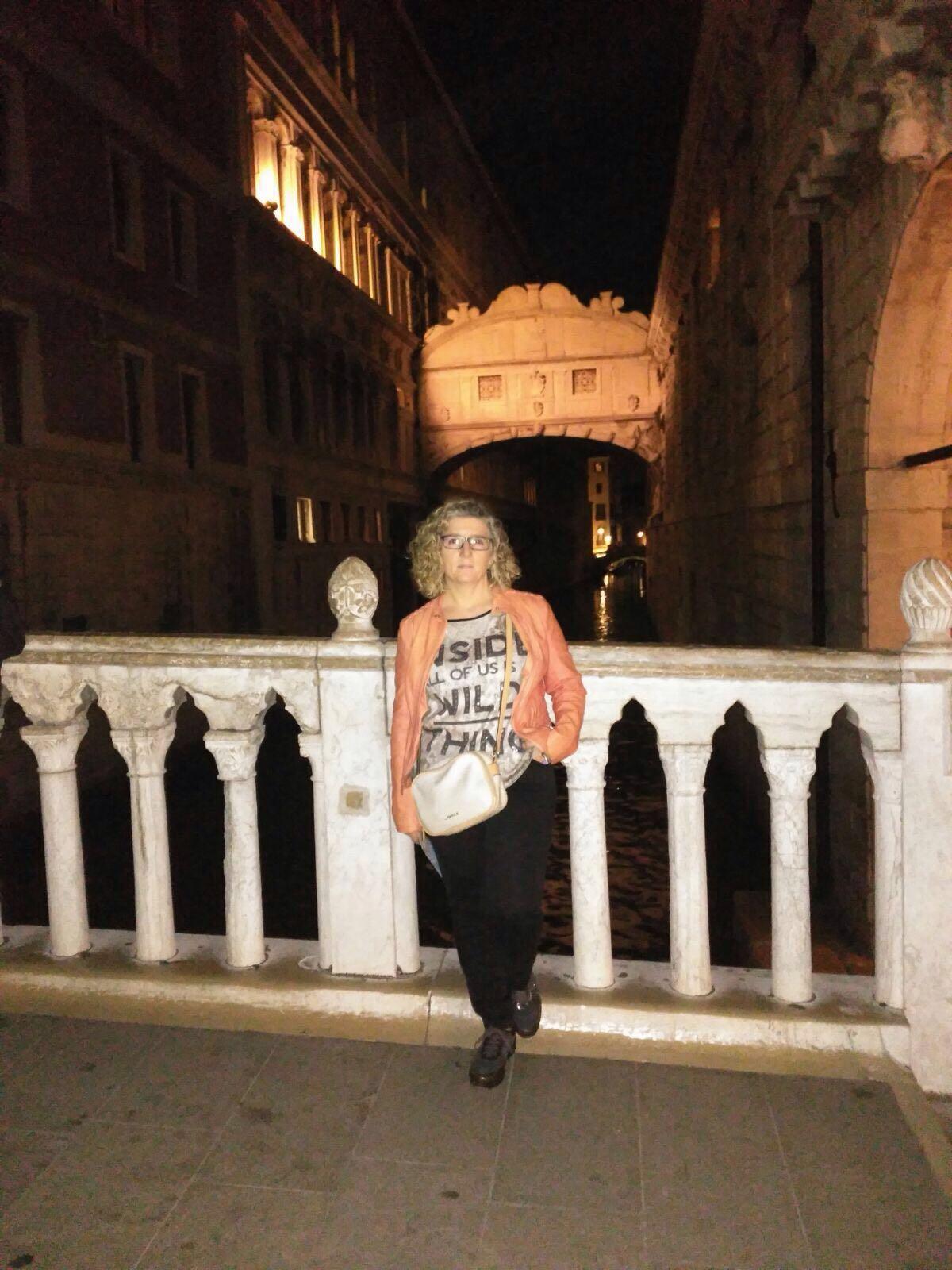 Carmen con el Puente de los suspiros tras ella en Venecia