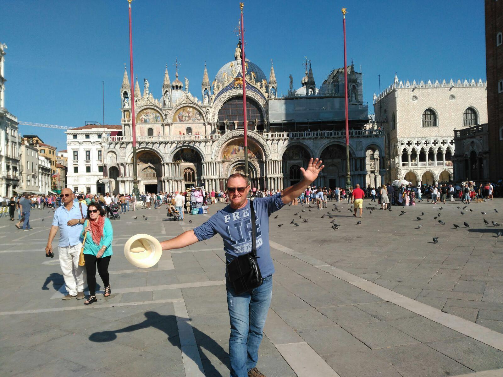 Federic divertido en la plaza San Marcos con la Basilica al fondo, en Venecia