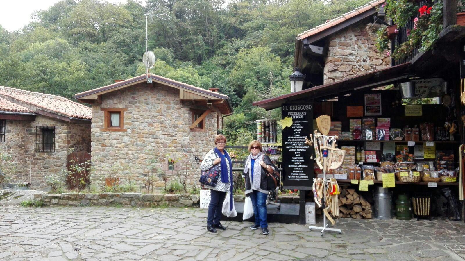 Montse y Ventura no se resisten a comprar productos típicos  de Cantabria.