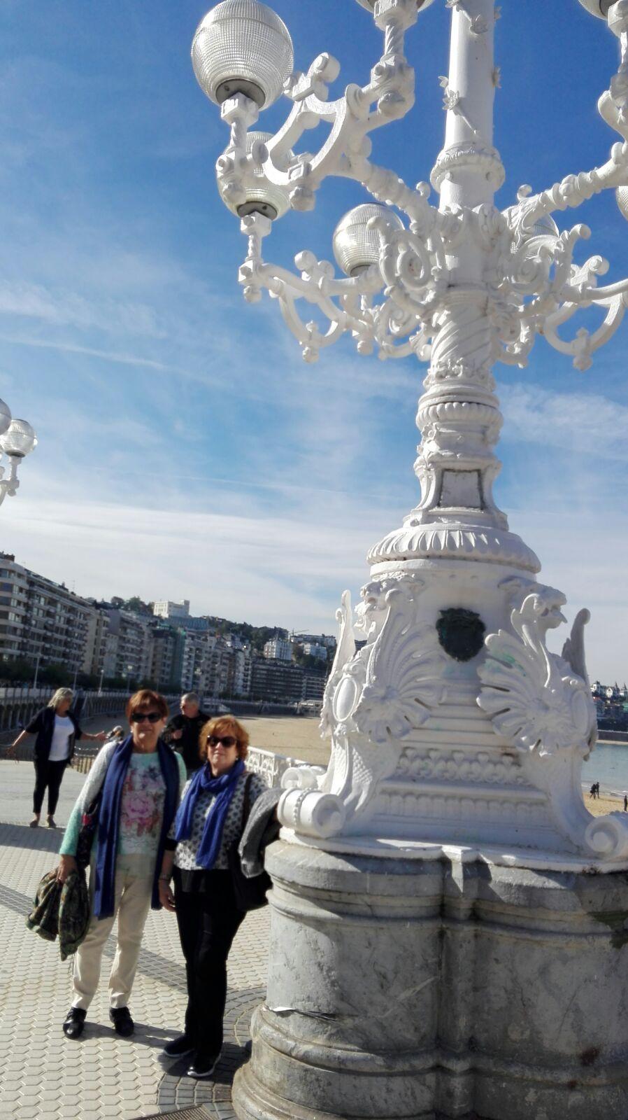 Montse y Ventura posan junto a una farola del paseo marítimo de San Sebastian.