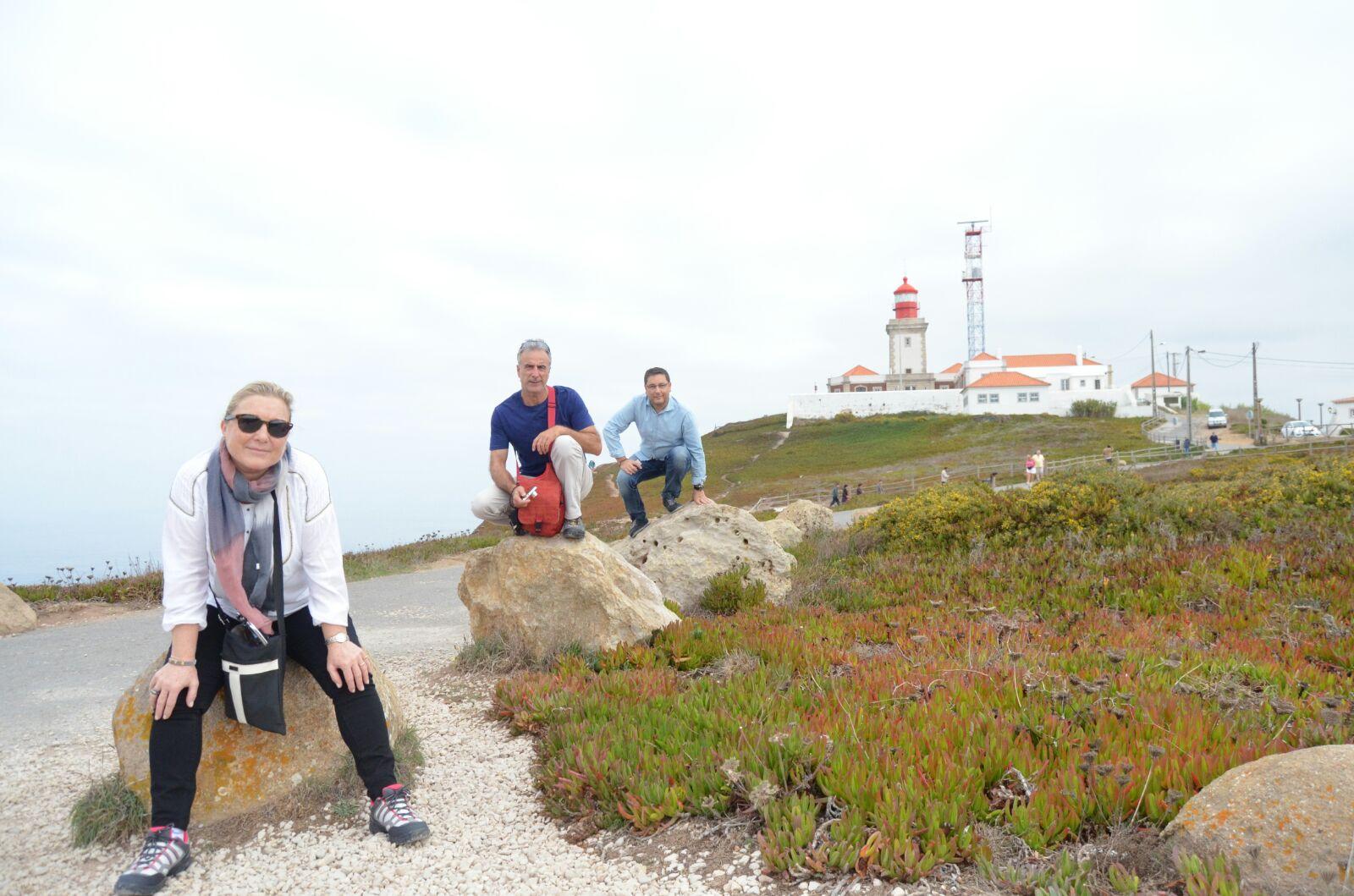 Pam, Antonio y Alfonso con el faro más Occidental de Europa al fondo.