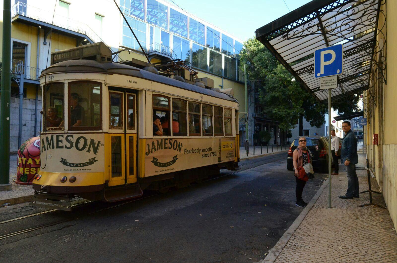 Pam, Antonio y Alfonso junto uno de los típicos tranvías de Lisboa