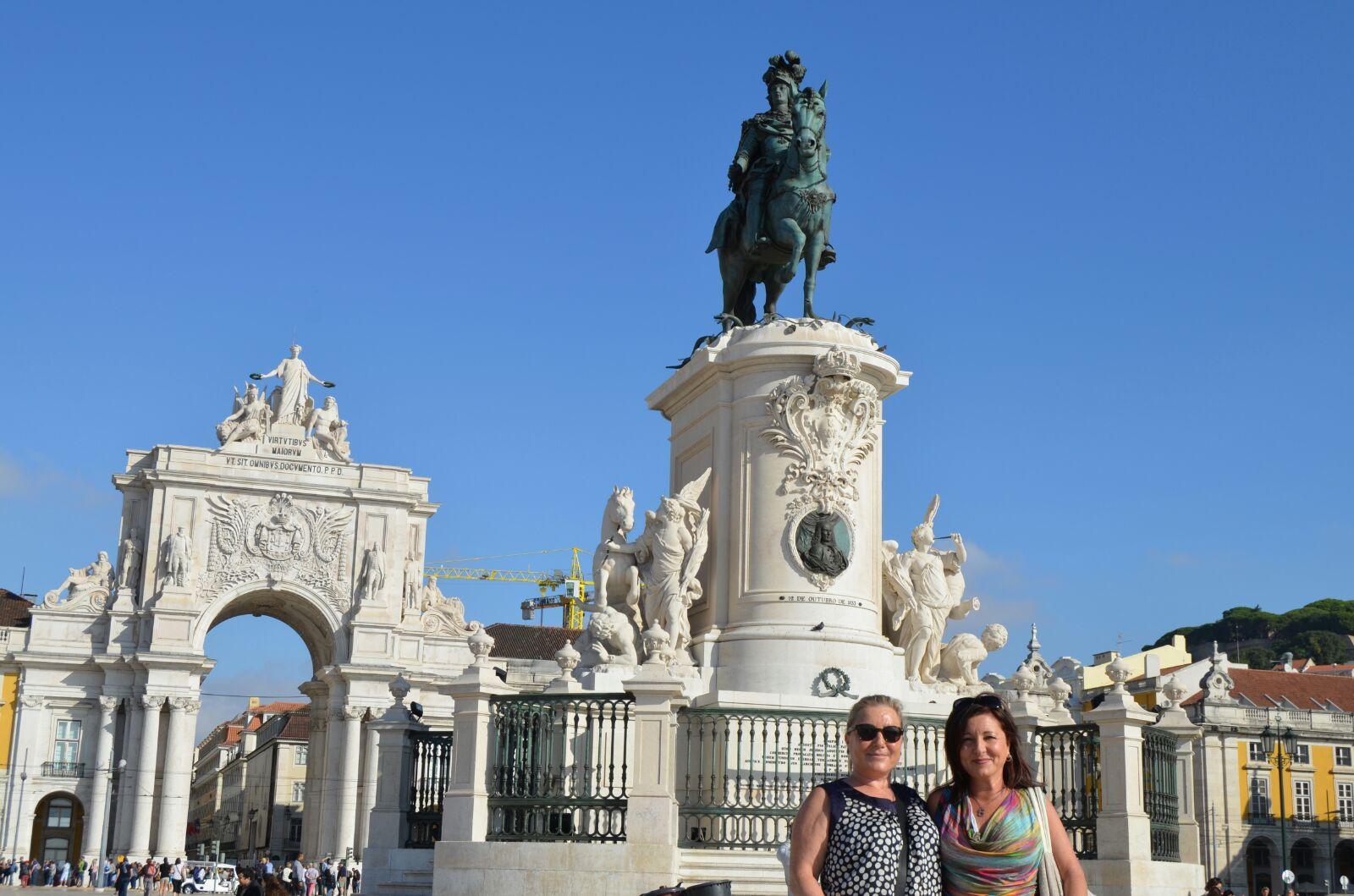 Pam y Montse en la Plaza del Comercio con su Arco triunfal y la estatua de Jose I.