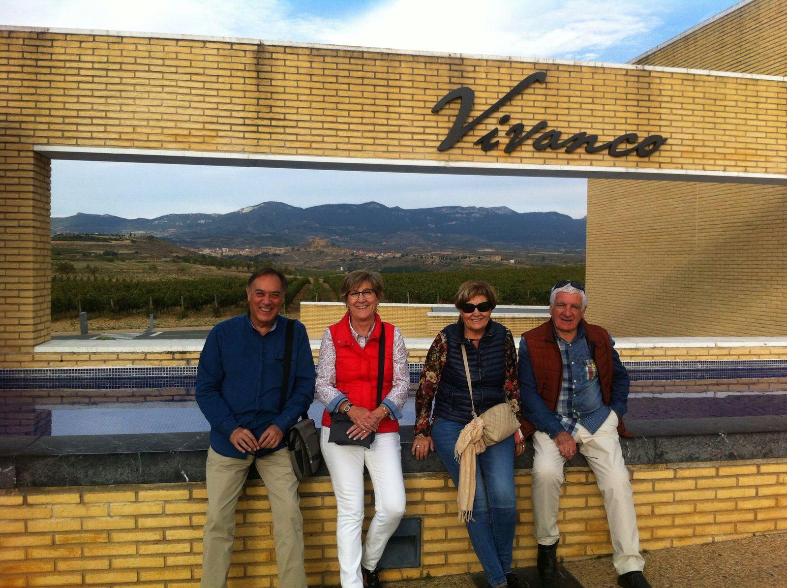 Joan, Consol y sus amigos delante del museo del vino de Briones en la Rioja