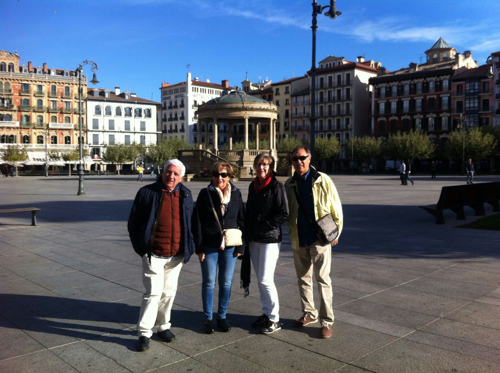 Joan, Consol, Jose Luis y Montse en la plaza del Castillo de Pamplona