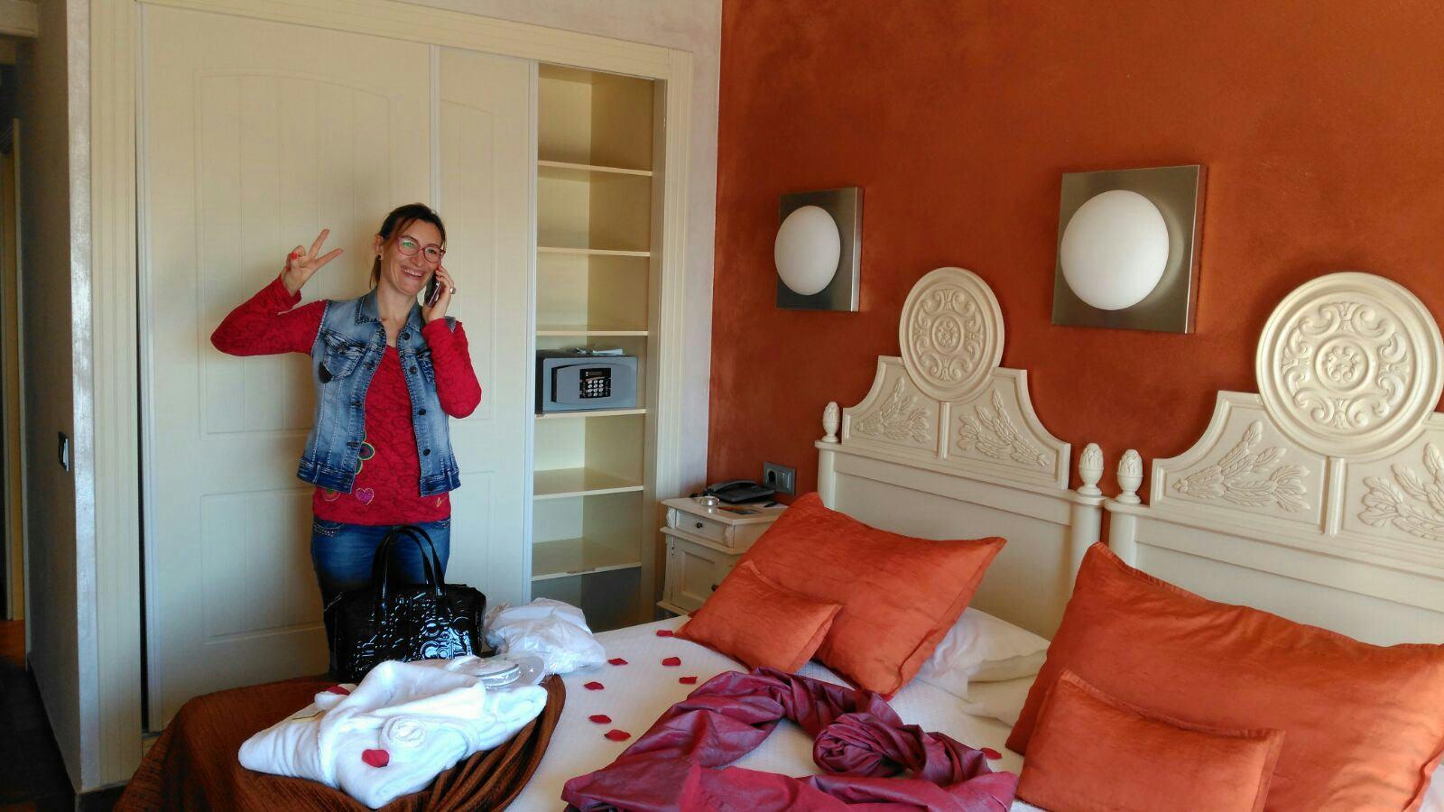 Martina feliz con su Suite del Hotel Spa Cala del Pi.
