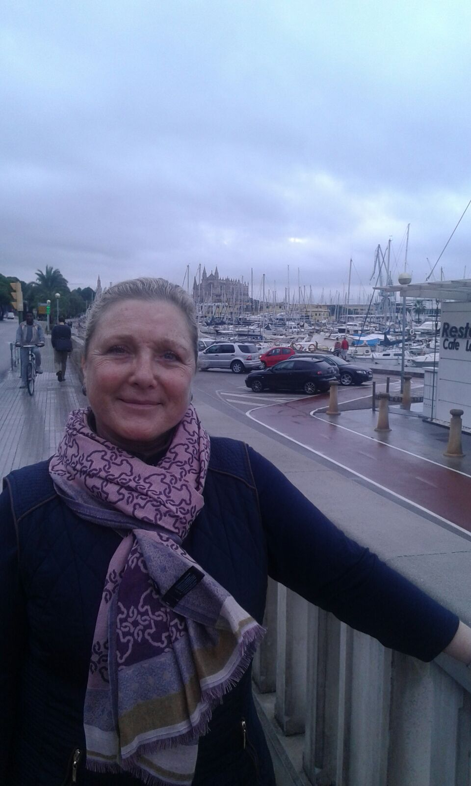 Pam en el paseo maritimo de Palma con la Catedral al fondo.