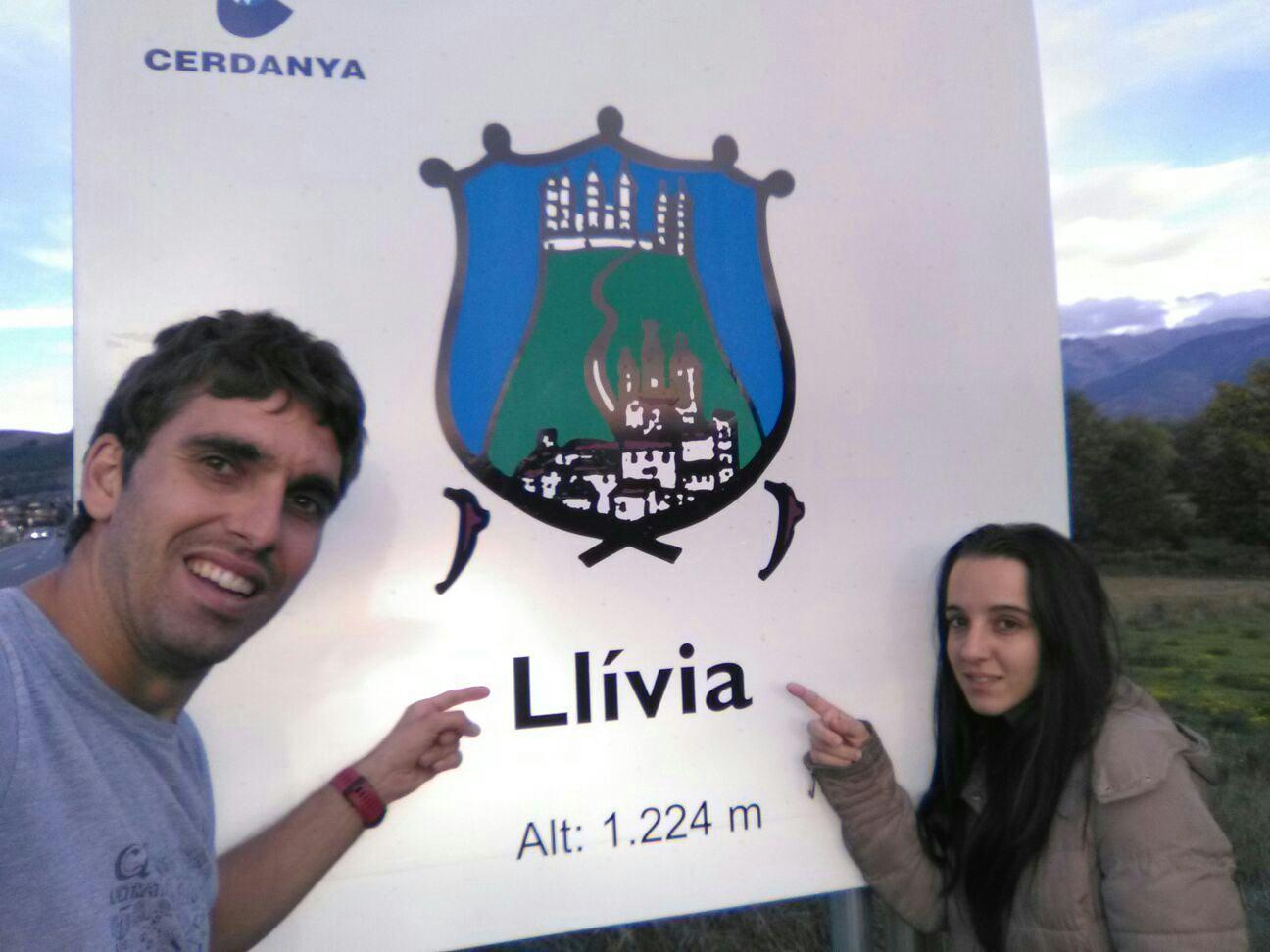 Cristian y Nerea len su llegada a Llívia Española pero en territorio Francés.