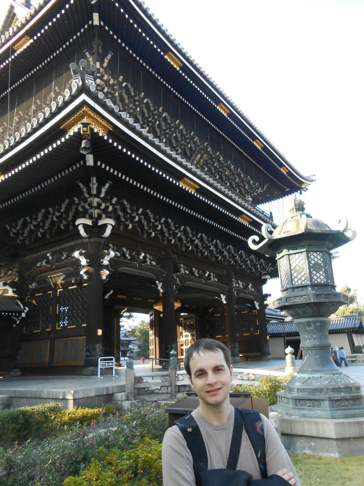 Carlos ante el templo de Nishi Honganji de Kyoto (Japón)