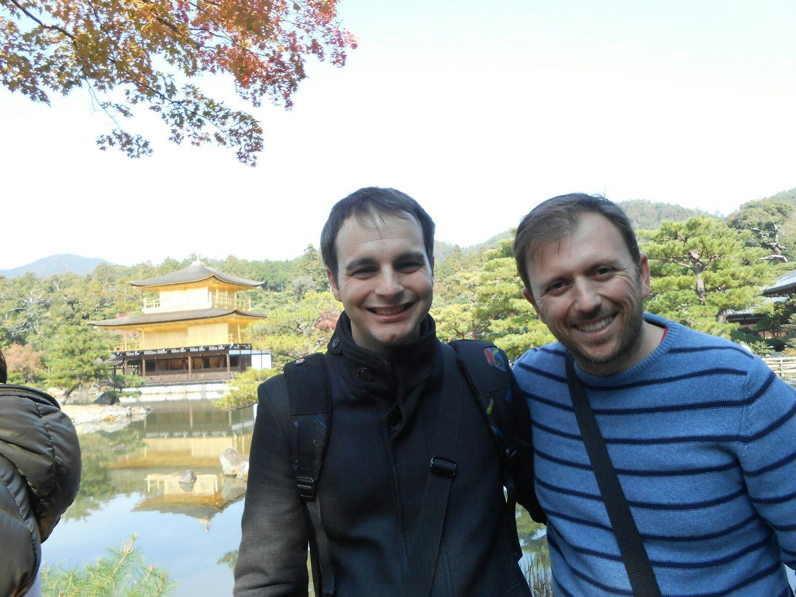 Manolo y Carlos  con el templo Dorado de Kyoto al fondo en Japón.