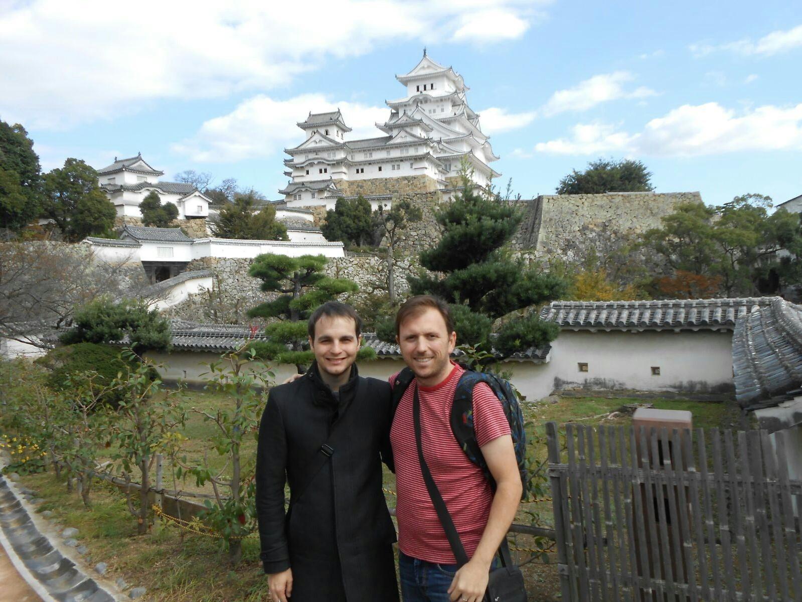 Carlos y Manoo con el Castillo de Himeji al fondo (Japón)