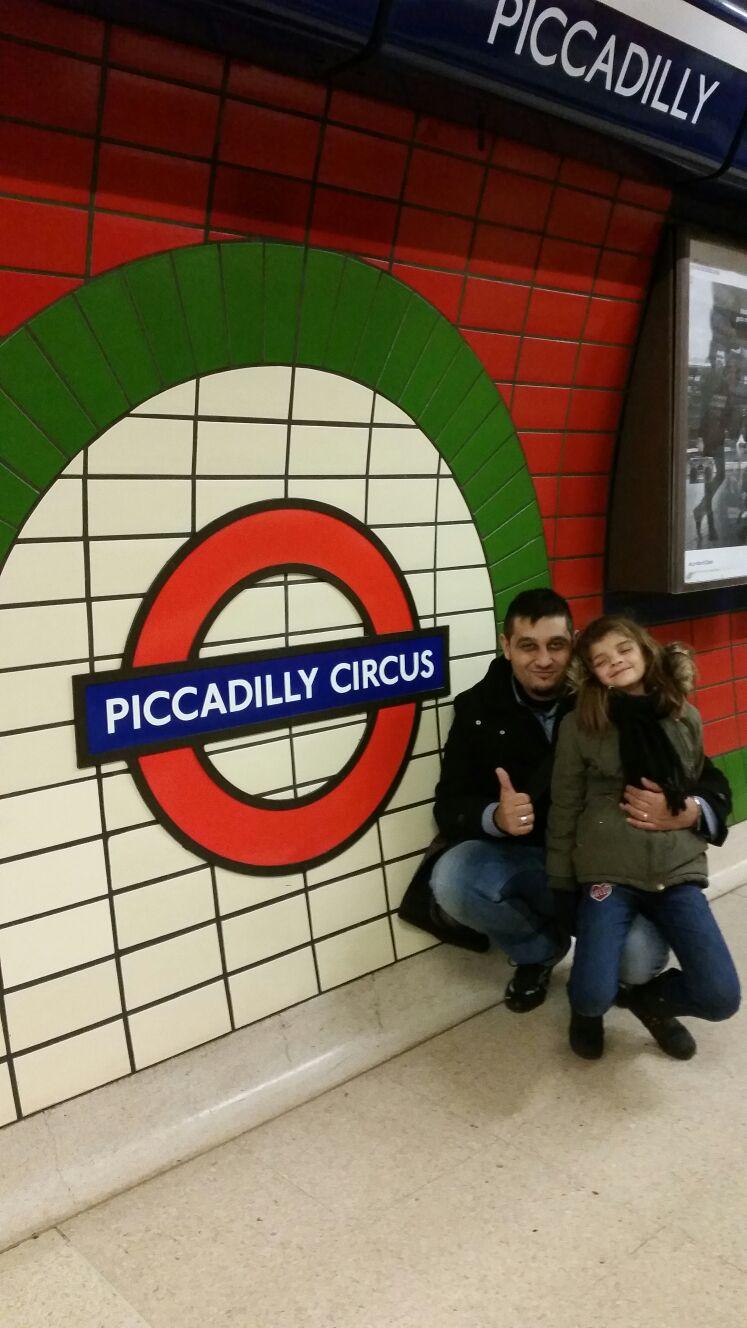 Txema y Naiara en el metro de Picadilly Circus en Londres.