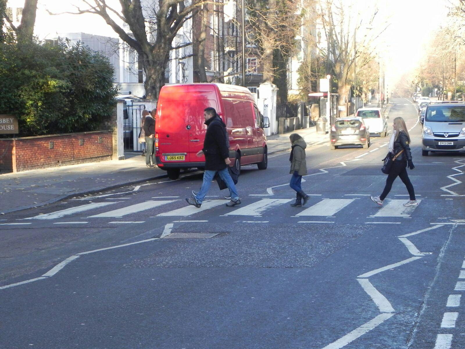 Txema, Zaida y Naiara imitando a Los Beatles cruzando el paso de Abbey Road en Londres