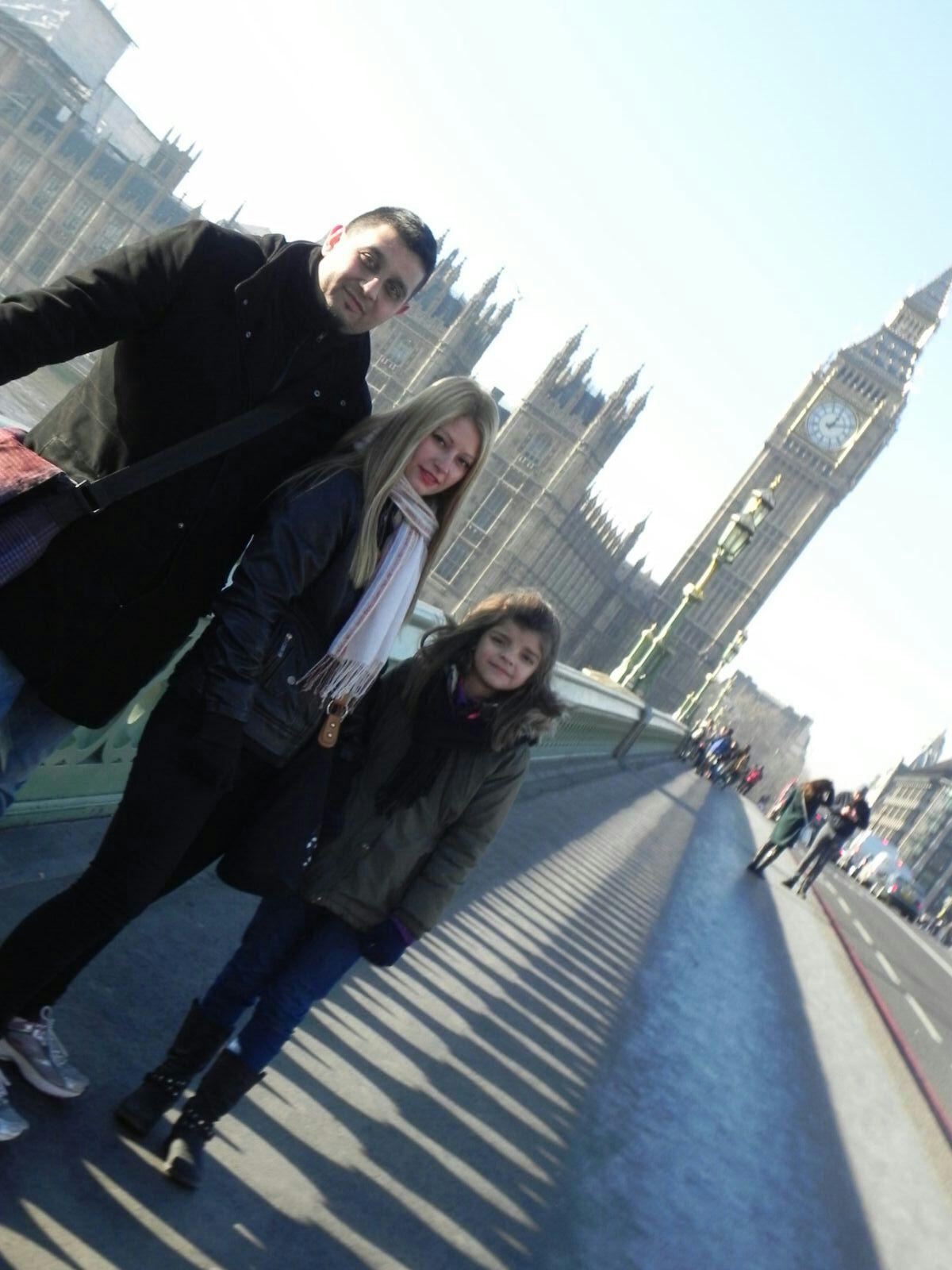 Txema, Zaida y Naiara en el puente de Westminster de Londres con el Big Ben y el parlamento al Fondo