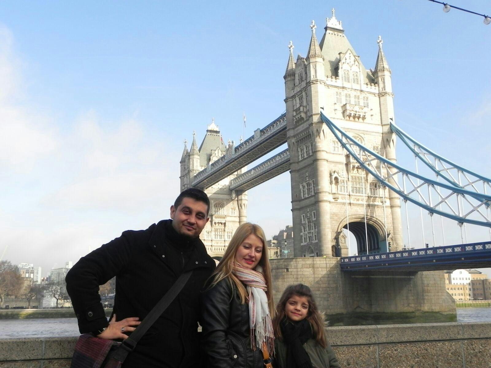 Txema, Zaida y Naiara en el Puente de la Torre en Londres