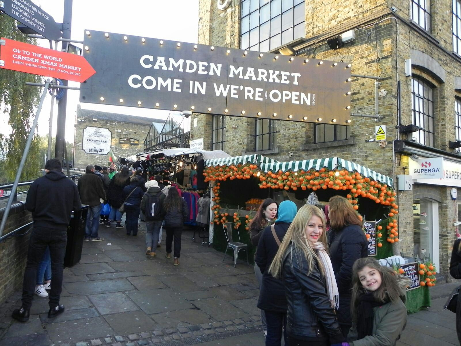 Zaida y Naiara en el Mercado de Camden de Londres.