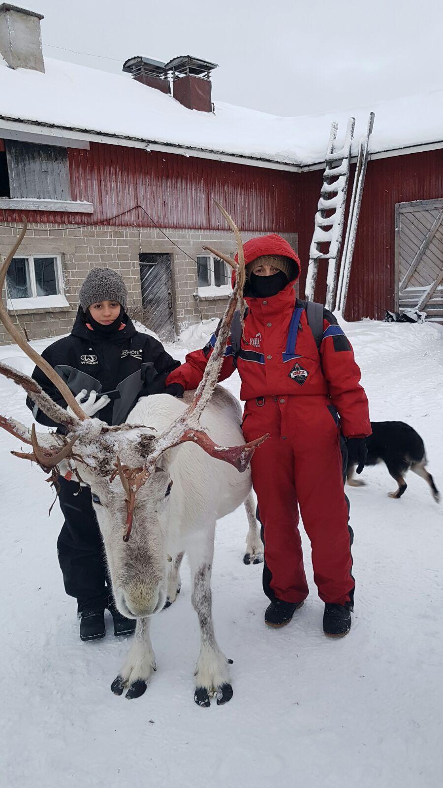 Maite y Helena acariciando un viejo alce en Laponia