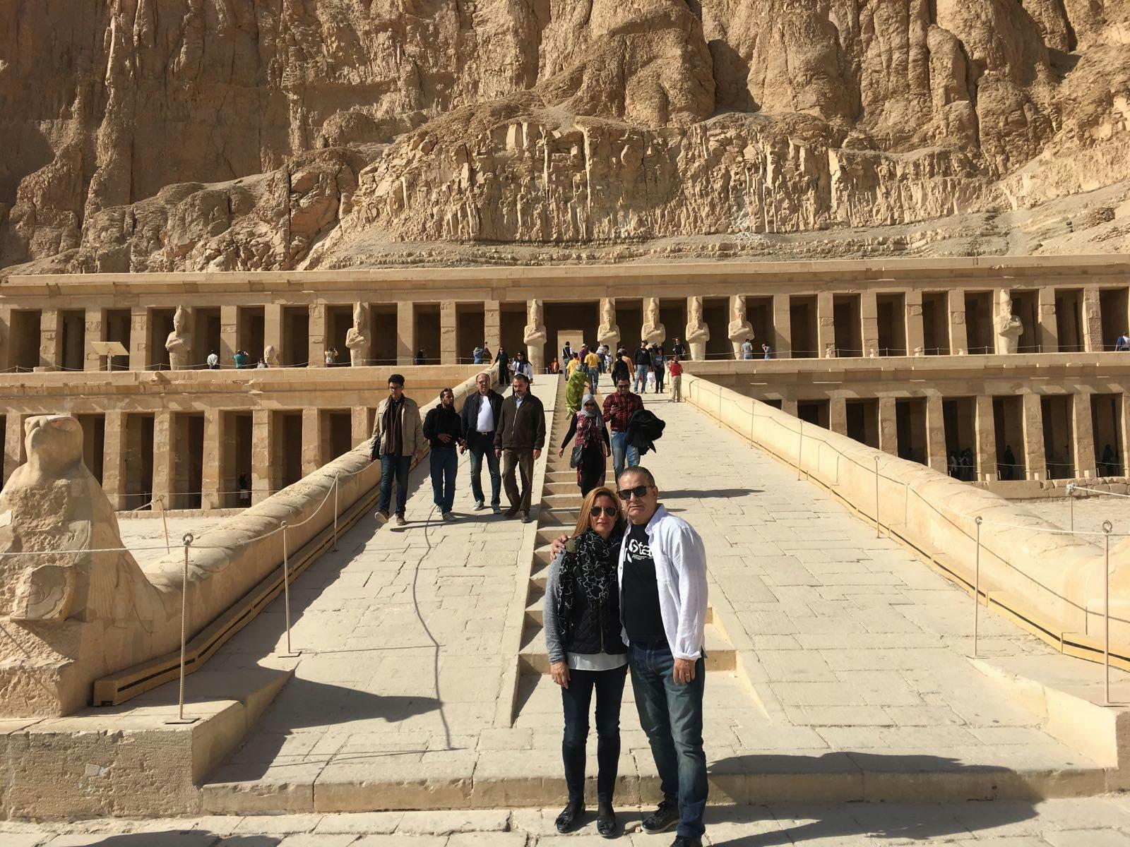Tina y Nando en el Templo de la Reina Hatshepsut en Deir el bahari, Egipto.