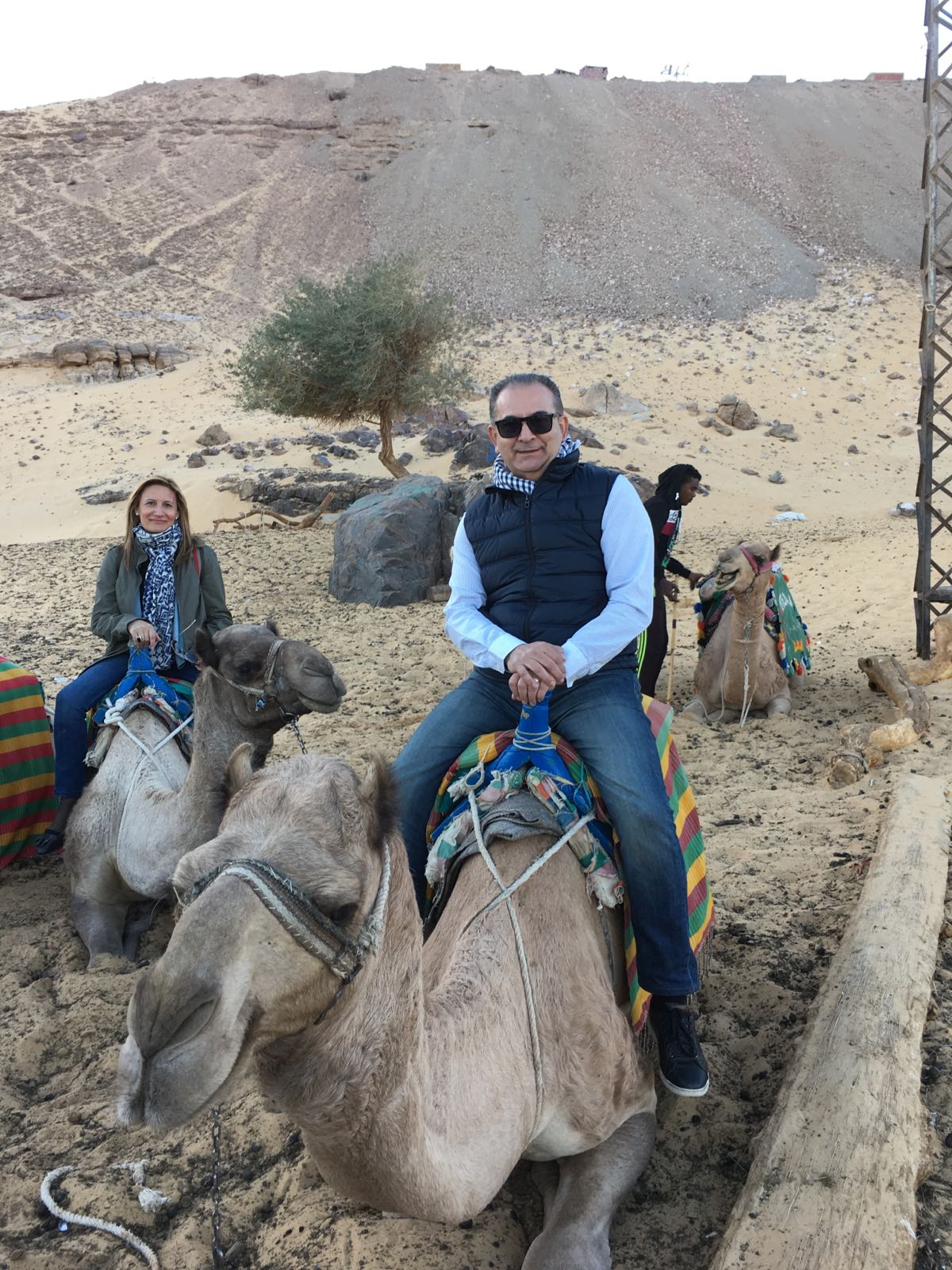 Tina y Nando preparados para una carrera en camello en el Cairo (Egipto)