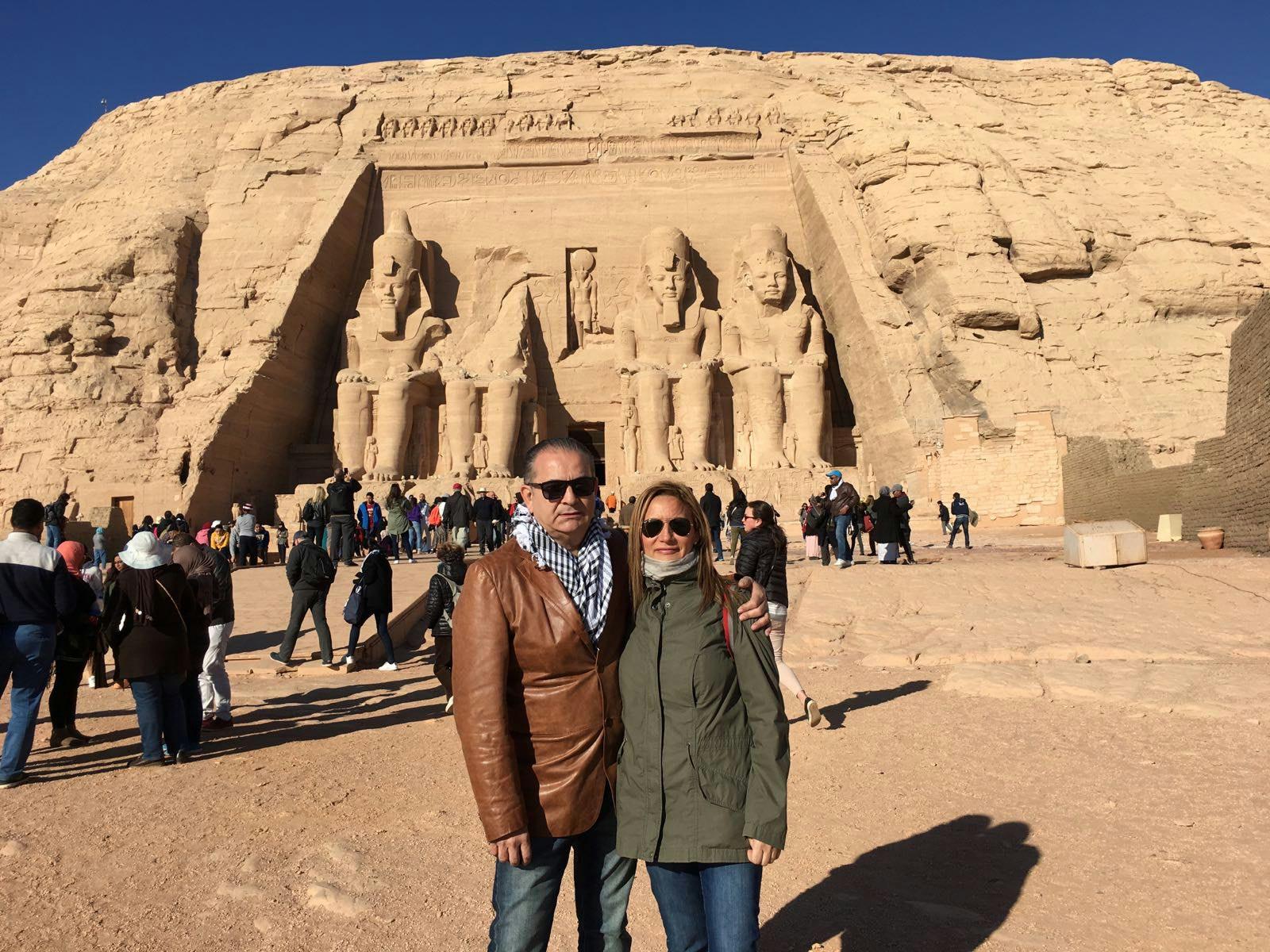 Tina y Nando con el templo de Abu Simbel al fondo (Egipto)