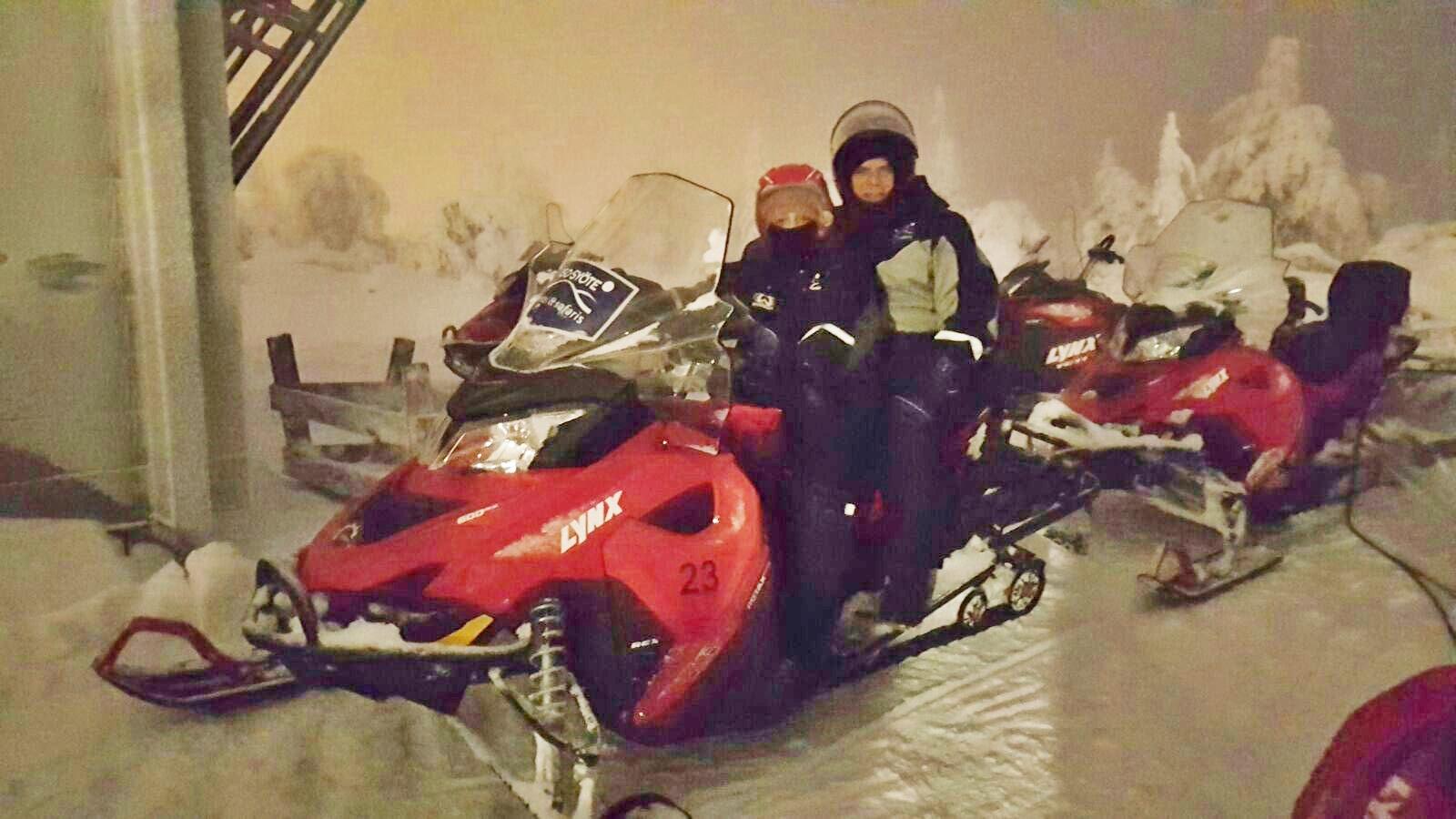 Robert y Helena disfrutando de un paseo en moto de nieve en Laponia