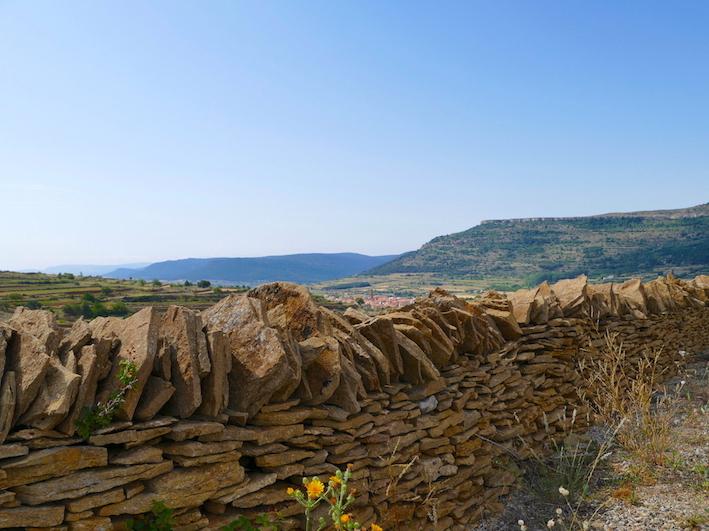 Pared de piedra seca y La Iglesuela al fondo