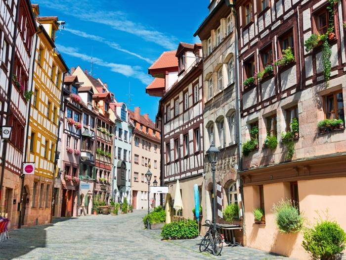 Un viaje a nuestro aire por Alemania, para conocer Baviera, un estado con castillos históricos, inmensos prados verdes cubiertos de bellas flores.